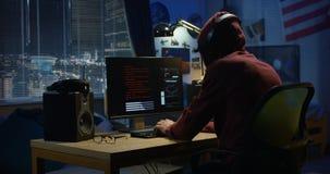 Programisty cyfrowanie przy nocą obrazy royalty free