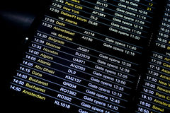 Programma di informazioni di volo di partenze in aeroporto internazionale Immagine Stock