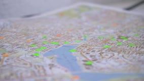 Programma di strada con il fuoco selettivo azione Primo piano della mappa della città stock footage