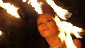 Programma divertente di manipolazione della fiamma sulla spiaggia stock footage