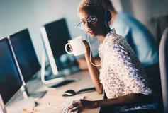 Programmateur de logiciel femelle fonctionnant pour la société informatique photographie stock libre de droits