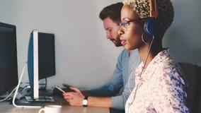 Programmateur de logiciel femelle fonctionnant pour la société informatique Photo stock
