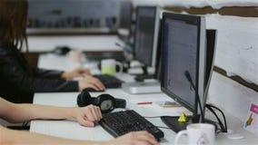 Programmateurs de logiciel fonctionnant dans le bureau banque de vidéos