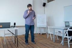 Programmatore, architetto che condivide la sua esperienza Tecnologo politico che esprime i pareri Consulto con esperienza del lav fotografia stock libera da diritti
