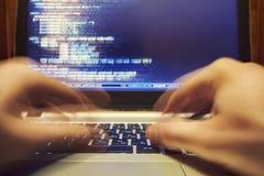 Programmatore che scrive codice a macchina lungo Fotografia Stock
