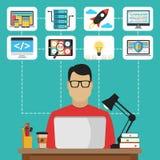Programmatore che si siede al desktop e che lavora al computer portatile Fotografie Stock