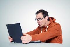 Programmatore con il computer portatile su fondo fotografia stock