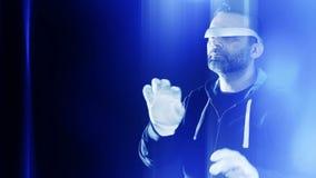 Programmatore di realtà virtuale che scrive, pirata informatico che incide banca stock footage