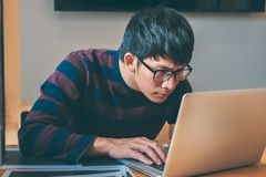 Programmatore di sviluppo professionista che lavora nel sito Web di programmazione un software e che codifica tecnologia, scriven immagini stock