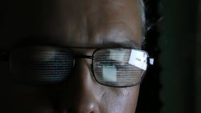 Programmatore o pirata informatico - programmi la riflessione nel vetro video d archivio
