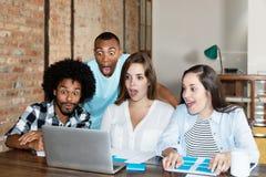 Programmatori sorpresi e colpiti sul lavoro Immagine Stock