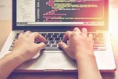 Programmera arbete Tid Programmerare Typing New Lines av HTML-koden Bärbar dator- och handCloseup Arbetstid arkivfoton