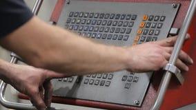 Programmera en CNC-maskin stock video