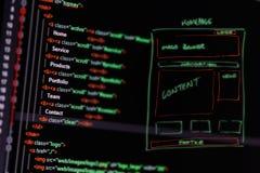 Programmera kod och wireframe på datoren arkivbild
