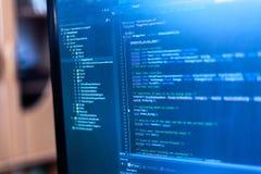 Programmera kod på en bildskärm fotografering för bildbyråer