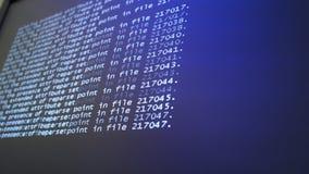 Programmera koden som kör ner en datorskärmterminal stock video