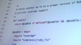 Programmera koden som ner kör på datorskärmterminalen stock video
