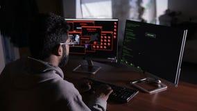 Programmerare bakifrån Det professionell som programmerar kod på datorbildskärm lager videofilmer
