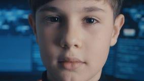 Programmerare för en hacker för närbildProdigy pojke på datorhallen som fylls med bildskärmskärmar arkivfilmer