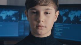 Programmerare för en hacker för närbildProdigy pojke på datorhallen som fylls med bildskärmskärmar stock video