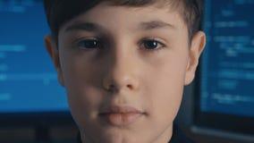 Programmerare för en hacker för närbildProdigy pojke på datorhallen som fylls med bildskärmskärmar lager videofilmer
