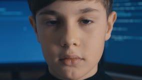 Programmerare för en hacker för närbildProdigy unge på datorhallen som fylls med bildskärmskärmar stock video