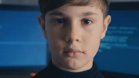 Programmerare för en hacker för närbildProdigy unge på datorhallen som fylls med bildskärmskärmar lager videofilmer