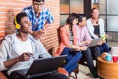 Programmerare, i att kodifiera för start-up företag Arkivfoton