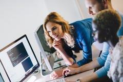 Programmerare som arbetar i ett framkallande företag för programvara royaltyfria foton