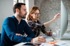 Programmerare som arbetar i ett framkallande företagskontor för programvara Fotografering för Bildbyråer