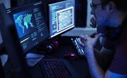 Programmerare som arbetar på dataprogram royaltyfria bilder