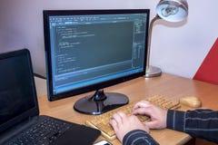 Programmerare som arbetar på en kod Arkivfoton