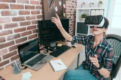 Programmerare som bär VR-teknologiskyddsglasögon royaltyfri foto