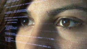 Programmerare som kodifierar på futuristisk holographic skärm stock video