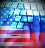 ProgrammerareTyping And Russia USA flaggor som visar dataintrång Royaltyfri Bild