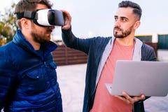 Programmering en het coderen technologieën met virtuele werkelijkheidsbeschermende brillen Codeurs die aan nieuwe toepassingen we stock afbeeldingen