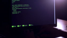Programmeringscode inzake het scherm van de hakkerscomputer stock video