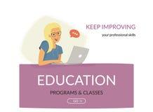 Programmes éducatifs et classes Femme s'asseyant sur la bannière avec l'ordinateur portable et s'inscrivant dans le codage ou les Photographie stock