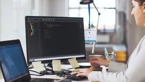 Programmeur au fonctionnement d'ordinateur et au café potable banque de vidéos