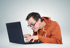 Programmeur avec l'ordinateur portable Photographie stock libre de droits