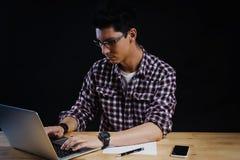 Programmeur dans le bureau travaillant sur l'ordinateur Images stock