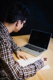 Programmeur dans le bureau travaillant sur l'ordinateur Photo libre de droits