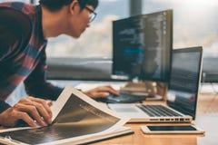 Programmeur de développement professionnel fonctionnant dans le websi de programmation photos stock