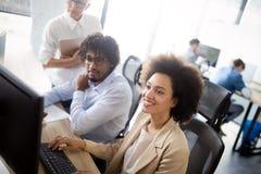 Programmeur die in een software werken die bedrijfbureau ontwikkelen stock foto