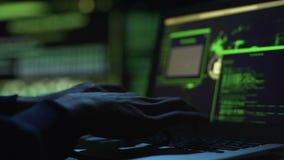 Programmeur die nationale veiligheidsplaats, veranderende codes in gegevensbestand proberen te beschermen stock footage