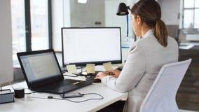 Programmeur donnant le dossier au coll?gue au bureau banque de vidéos