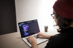 Programmeur en codeur die in de ontwikkelomgeving werken Programmeurs` s werkplaats stock foto