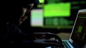 Programmeur entaillant le système de sécurité, à télécommande non autorisé de la base de données photographie stock