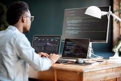 Programmeur fonctionnant avec le code de programme images stock
