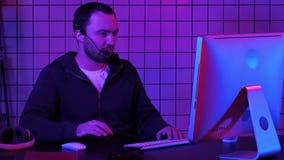 Programmeur ou pirate informatique de jeune homme travaillant sur l'ordinateur la nuit clips vidéos
